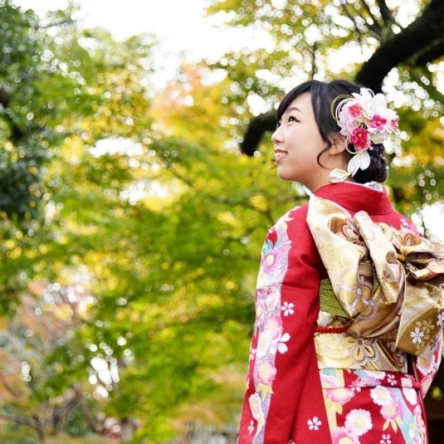 緑溢れる日本庭園で振袖ロケーション撮影