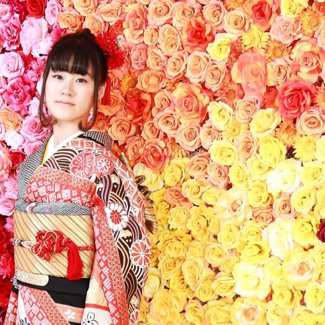 ビビットなお花の背景で成人式振袖の前撮り
