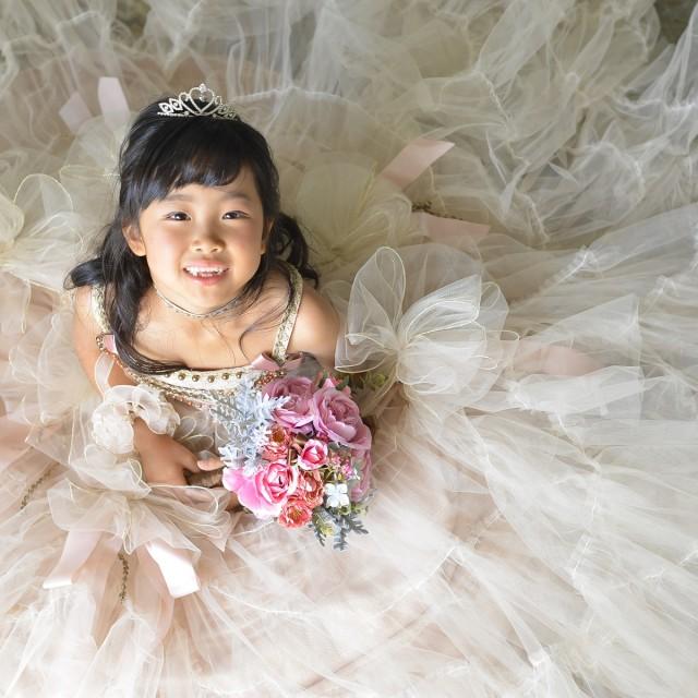 七五三7歳 お姫様ドレスを広げて上からパチリ♪ 普段では撮れないアングルですね!