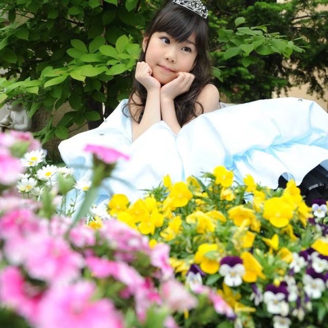 お花に囲まれたお庭でロケーション撮影