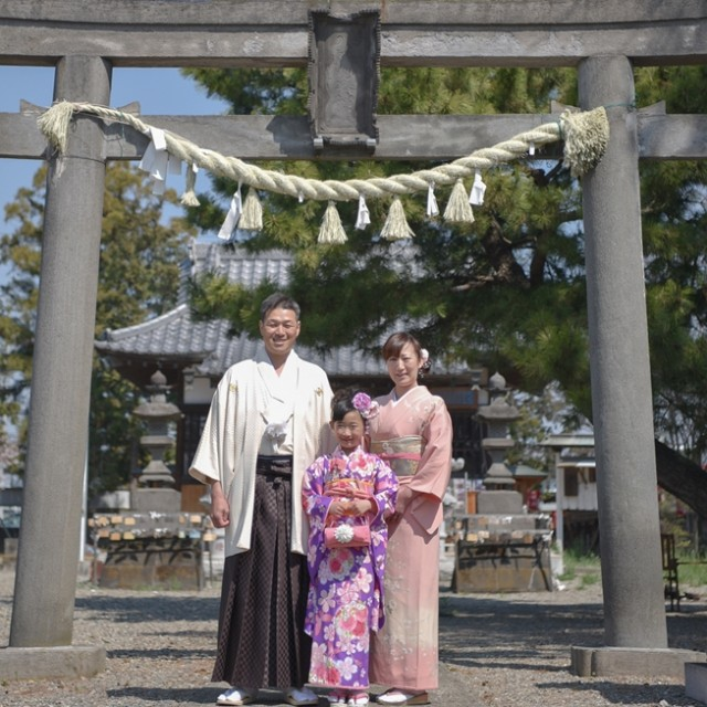 神社で家族そろって写真撮影
