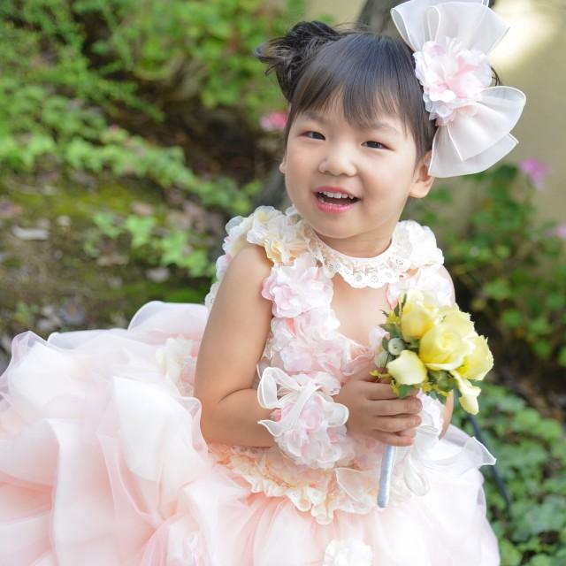 七五三3歳 緑とお花の前で写真撮影♡七五三写真のキャンペーンも実施中♪