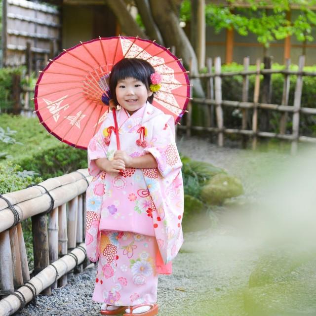 七五三3歳 撮影小物がたくさん揃っている絹屋♪和傘や毛氈、毬などたくさん使いながら写真撮影を楽しめます(^^♪