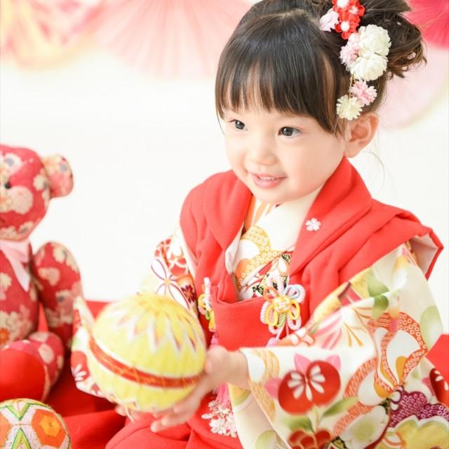 七五三3歳 和装被布 毬で遊びながら写真撮影。自然な笑顔がかわいい♡