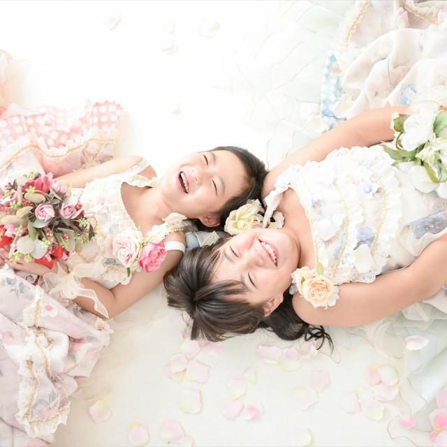 七五三7歳女子姉妹 写真館のスタジオに寝そべって楽しくパチリ♪