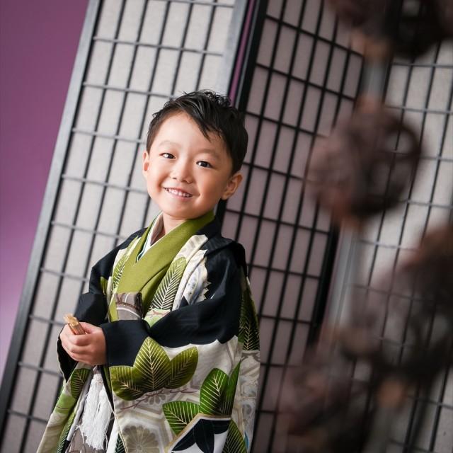 七五三5歳男子 写真館のスタジオでかっこよくキメてパチリ♪