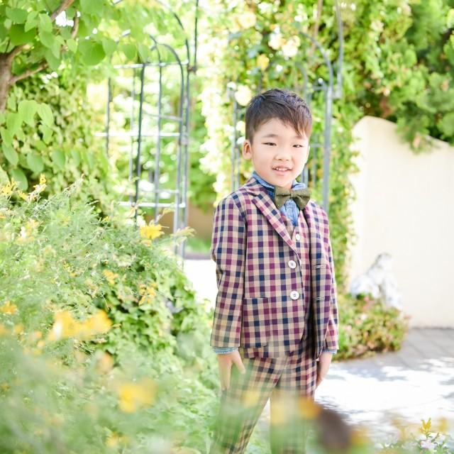 七五三5歳 緑に包まれてパチリ♪ 新緑の時期はロケーション撮影がおススメ!