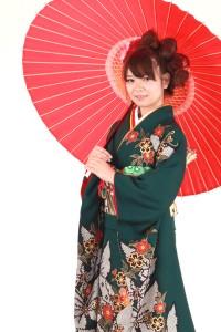 和傘を持って古風に装う